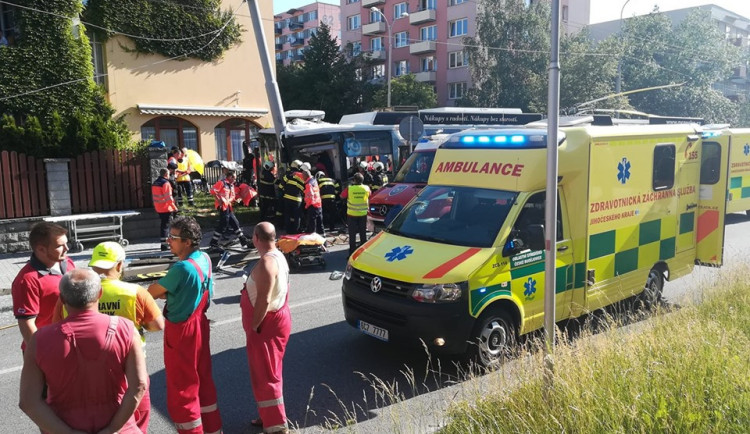 FOTO/VIDEO: Na Máji havaroval trolejbus. Nehoda si vyžádala osm zraněných