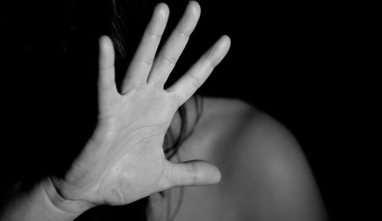 Muž na Prachaticku týral svou přítelkyni. Zaútočil na ni pěstmi a nožem