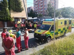 Na Máji havaroval trolejbus. Nehoda si vyžádala několik zraněných