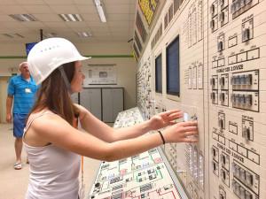 Na simulátoru jubilejní návštěvnice odstavila reaktor