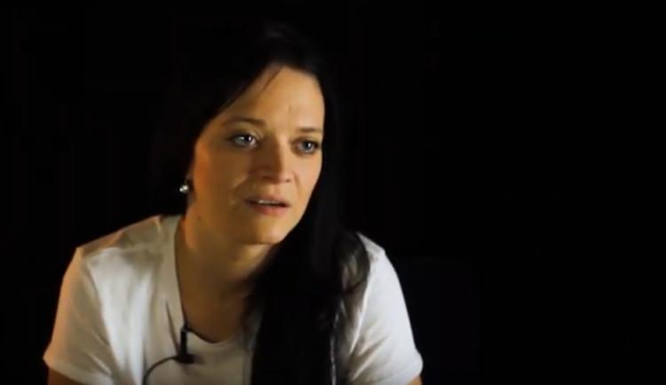 VIDEO: Karin zneužíval trenér, uvědomila si to až v dospělosti. Její příběh přináší projekt Nemlčíme