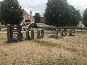 Na Sokoláku někdo zničil nápis Budějce.