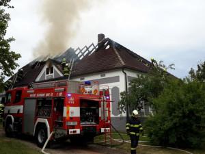 V Radošovicích hořela střecha domu, na místo byl přivolán psycholog