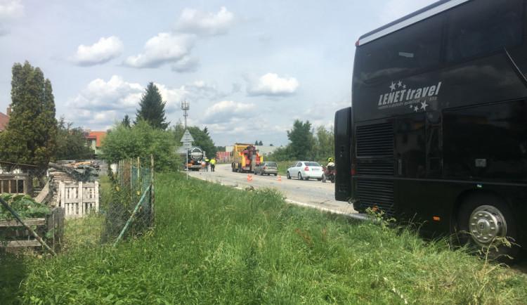 U Litvínovic boural autobus s náklaďákem. Na hlavním tahu na Krumlov se tvoří kolony
