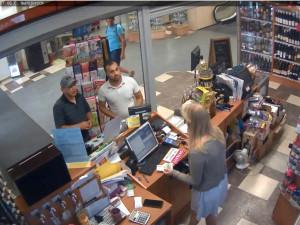 Policie pátrá po totožnosti dvou mužů. Mohou pomoci objasnit případ krádeže