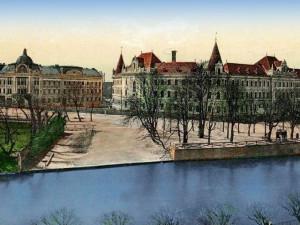 Levý břeh Malše po roce 1903 s přístavištěm, okresním domem a justičním palácem.