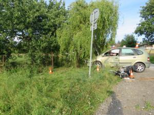 Vážná nehoda osobáku s motorkářem si vyžádala těžké zranění. Škoda je přes sto tisíc
