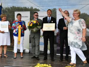 Hejtmanka Stráská dekorovala Zlatou stuhou Čejetice, vítěze jihočeského kola Vesnice roku 2019