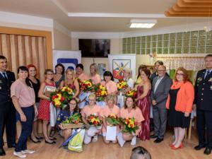 Zaměstnanci domova důchodců ošetřili zraněné u nehody trolejbusu, získali ocenění Gentleman silnic