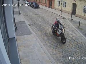Během tří minut zmizela motorka za 300 tisíc. Po zloději z centra Budějc pátrá policie