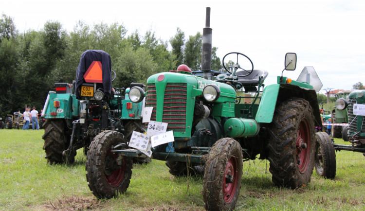 FOTO: Burácejícím traktorům fandily v Dráchově stovky lidí