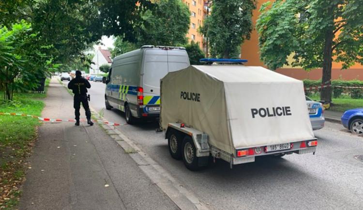 VIDEO: V paneláku v ulici L.M. Pařízka byl nalezen kufr. Pyrotechnici na místě skončili