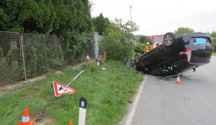Na Českokrumlovsku se stala dopravní nehoda, řidič zůstal zaklíněný v autě