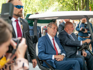 Miloše Zeman se vozil v golfovém vozíku. Řízení se ujal Miroslav Toman.