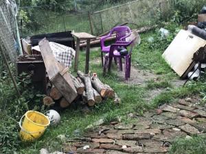 Dvaadvacetiletý muž v hádce ubodal kamaráda, jeho tělo ukryl na zahradě a zaházel odpadky
