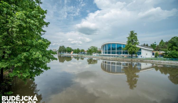 Otevření plaveckého stadionu brzdí komplikace, návštěvníci si musejí počkat do druhé poloviny září
