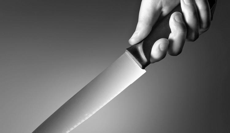 Odpočinek u vody se změnil v drama, cizinec vytáhl na své kumpány nůž