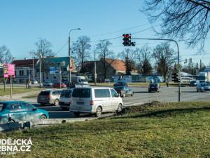 Křižovatka na Dlouhé louce dostane nový povrch, řidiče čekají komplikace