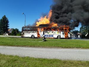 Na Táborsku shořel autobus na zemní plyn, cestovalo v něm dvacet lidí
