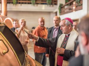 Požehnaný světlý ležák pomůže charitě a poputuje i do Vatikánu