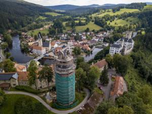 Osazením plechové ozdoby na vrcholek věže Jakobínka v Rožmberku nad Vltavou památkáři definitivně ukončí opravu její střechy.