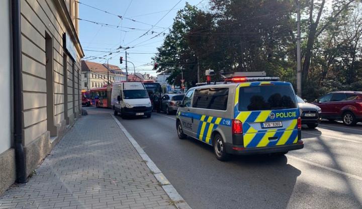 Na Mariánském se srazil trolejbus a dvě auta. Nehoda je bez zranění