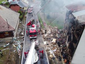 Při výbuchu domu v Lenoře zemřel jeden člověk, pro dva muže letěl vrtulník