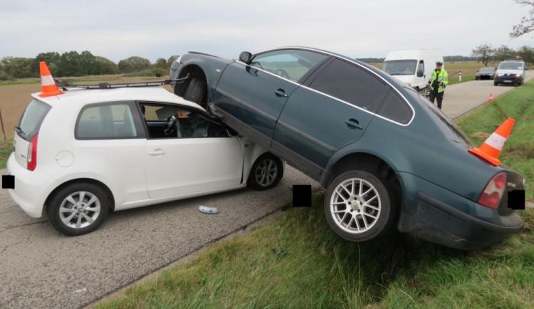 Řidič osobáku nezvládl jízdu na mokré silnici, skončil na střeše jiného auta