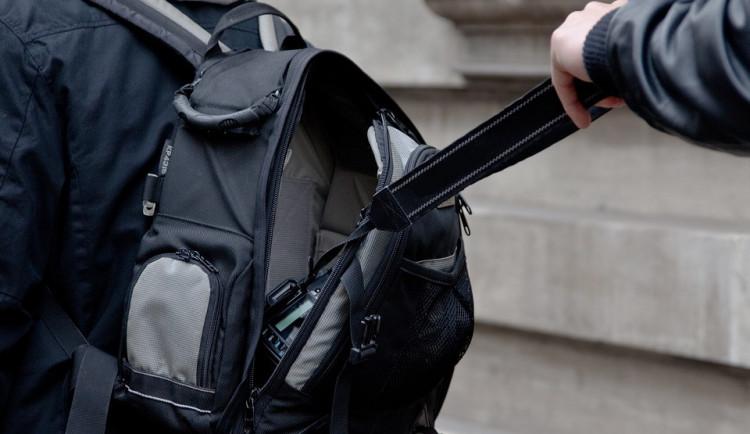 Kapsář okradl v Krumlově turistu, škoda je více než 11 tisíc korun. Policisté po zloději pátrají