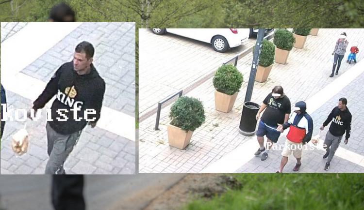 Neznámí pachatelé okradli před Priorem muže