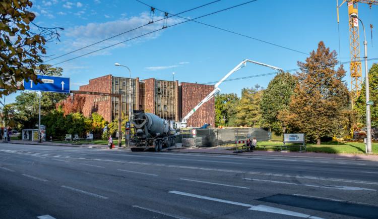VIDEO: Stavba nového křídla knihovny na Lidické je v polovině