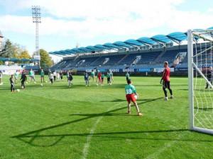 Děti ze čtyř dětských domovůnavštívily Střelecký ostrov. Na vlastní oči viděly trénink fotbalistů Dynama.