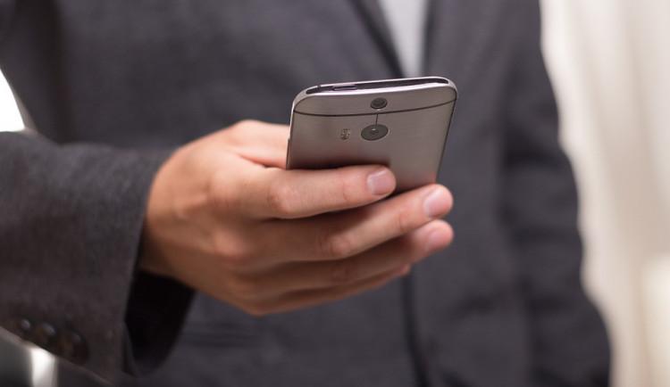 Podvodné smsky lákaly ze stovek lidí čísla platebních karet