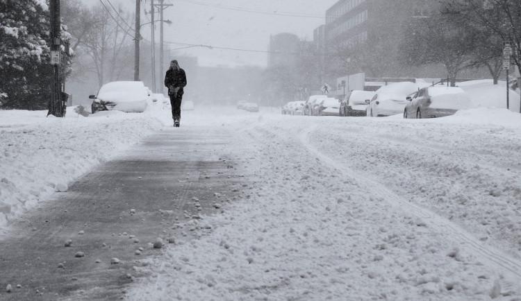 Budějce budou v zimě chodníky nově udržovat hrubší drtí
