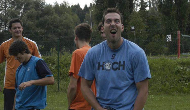 Blokař Michal Sukuba se při prvním tréninku bavil. Dobrou náladu si prý dovezl z dovolené