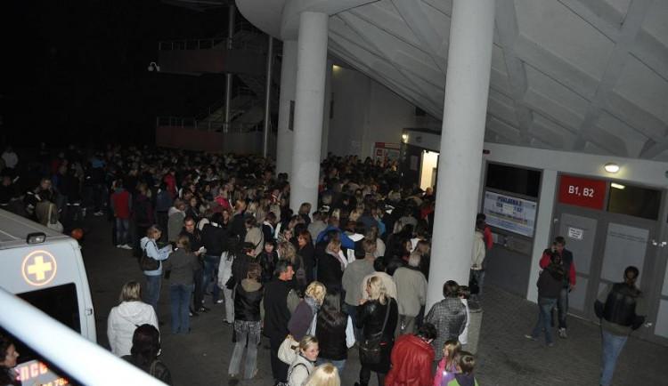 Před Budvar arénou.