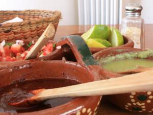 salsy, limety a směs rajčat a cibule s jalapenos a čestvým koriandrem