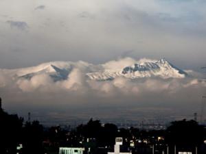 Sopka Nevado de Toluca ze střechy bytu