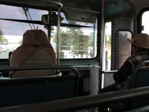 Toluca - cesta autobusem s nápisy čtvrtí, kterými projíždí
