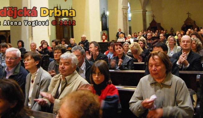 Lidé v tichosti poslouchali duchovní hudbu v Klášterním kostele