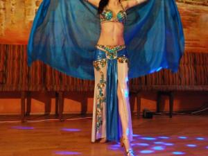 Khalida předvádí tanec se závojem