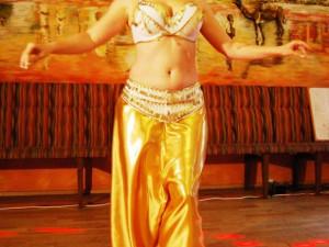 Tanečnice Maram předvádí moderní libanonský tanec