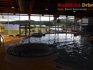 Výhled z Aquaworldu Lipno na hladinu jezera