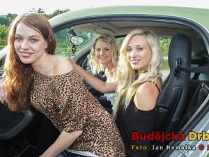 Maturantky ve vypůjčeném elektromobilu
