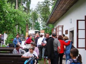 Areál byl plný lidí, než začalo pršet