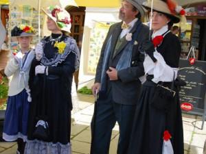 Švejka doprovázeli lidé v dobových kostýmech
