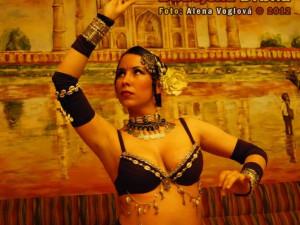 Břišní tanečnice v Indické restauraci