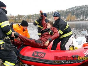 Cvičení potápěčů na římovské přehradě. Hasiči dostávají Václava Svobodu z člunu na nosítka