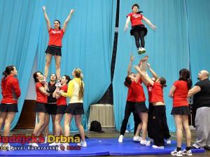Hell's Cheerleaders. Trénování stavění pyramid