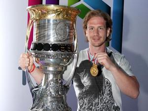 Hokejista Filip Novák s Gagarinovým pohárem a medailí za vítězství v ruské KHL